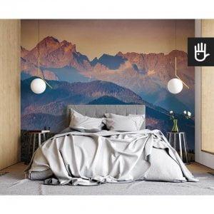 nowoczesna sypialnia w stylu naturalnym z fototapetą Panorama Tatr na ścianie za łóżkiem