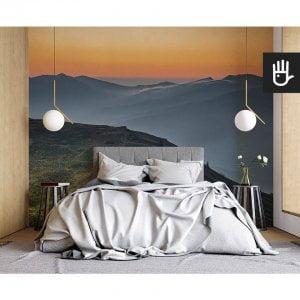 nowoczesna sypialnia w stylu naturalnym z fototapetą Wschód w Bieszczadach na ścianie za łóżkiem