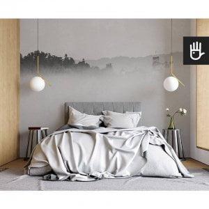nowoczesna sypialnia w stylu naturalnym z fototapetą Zamek we mgle na ścianie za łóżkiem