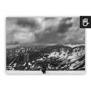 Plakat Śnieg w Tatrach z postacią człowieka na tle ośnieżonych gór