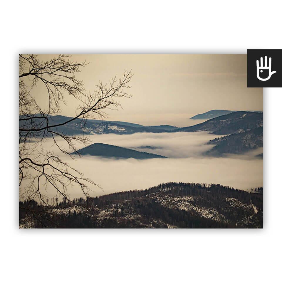 Plakat Beskidy we mgle z konarami drzewa z widokiem na góry