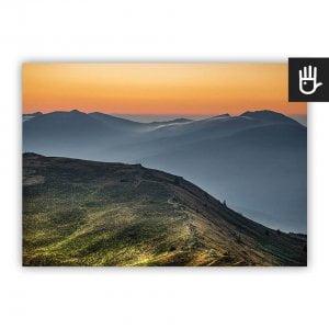 Plakat Wschód w Bieszczadach z górskim krajobrazem w kolorach zieleni, błękitów i pomarańczy