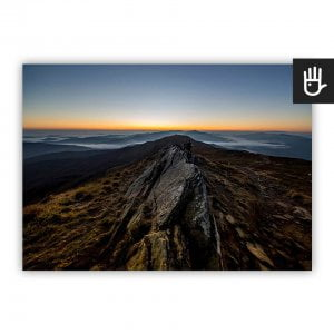 Plakat Na bieszczadzkim szlaku w ciemnej tonacji z jasną linią horyzontu