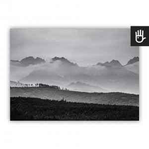 Plakat Szczyty w chmurach w czarno-białej tonacji