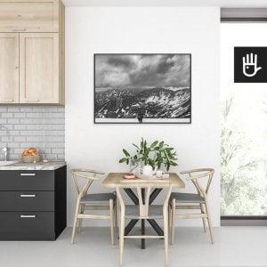 wnętrze kuchni ze stołem nad którym wisi plakat Śnieg w Tatrach