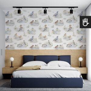 sypialnia hotelowa z granatowym łóżkiem. Na ścianie tapeta polne ptaki z dudkami, wróblami, szczygłami, rudzikami i szpakami