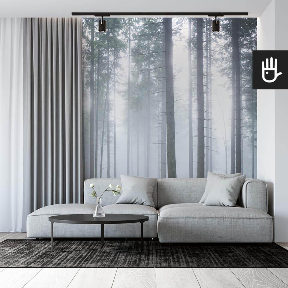 salon z szarą kanapą i fototapetą tajemniczy mglisty las z drzewami we mgle