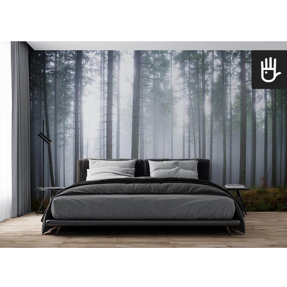 sypialnia w ciemnej tonacji z czarnym łóżkiem na tle tapety Tajemniczy mglisty las z lasem we mgle