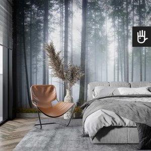 wnętrze sypialni w stylu boho w szarościach z fototapetą tajemniczy mglisty las