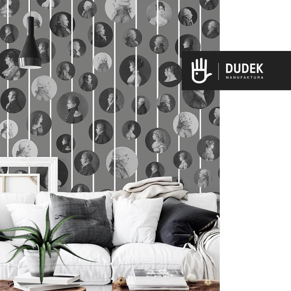 wnętrze salonu z białą sofą na tle tapety z arystokratami w kolorze szarego popiołu
