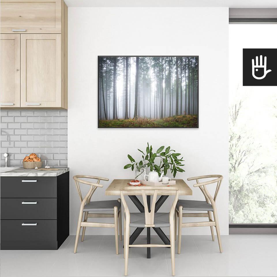 Wnętrze nowoczesnej kuchni z plakatem Tajemniczy mglisty las nad stołem