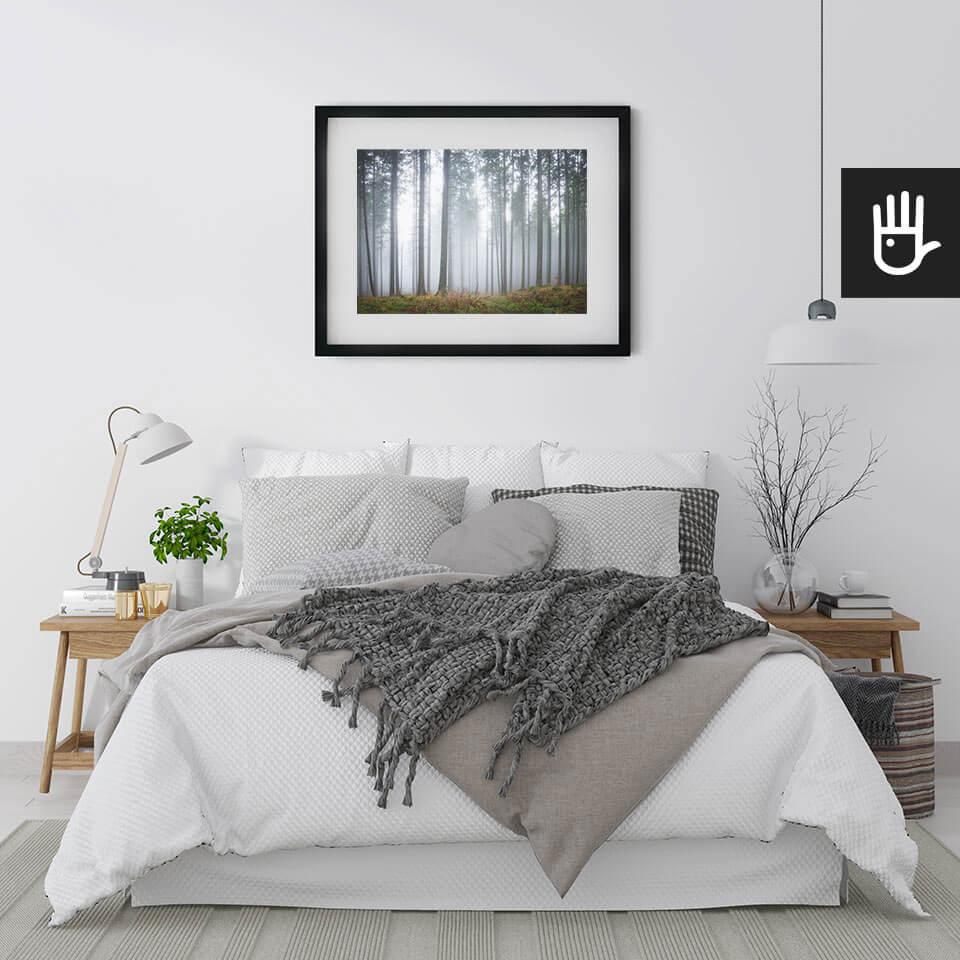 Sypialnia w naturalnych kolorach z białym łóżkiem i plakatem Tajemniczy mglisty las z lasem we mgle
