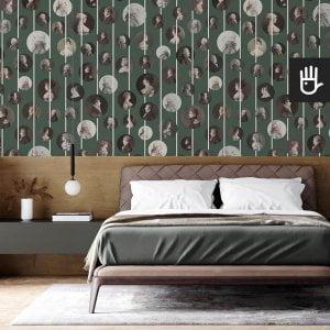 Klasyczna sypialnia z drewnianym zagłówkiem i z tapetą ścienną Arystokraci w kolorze zielonym