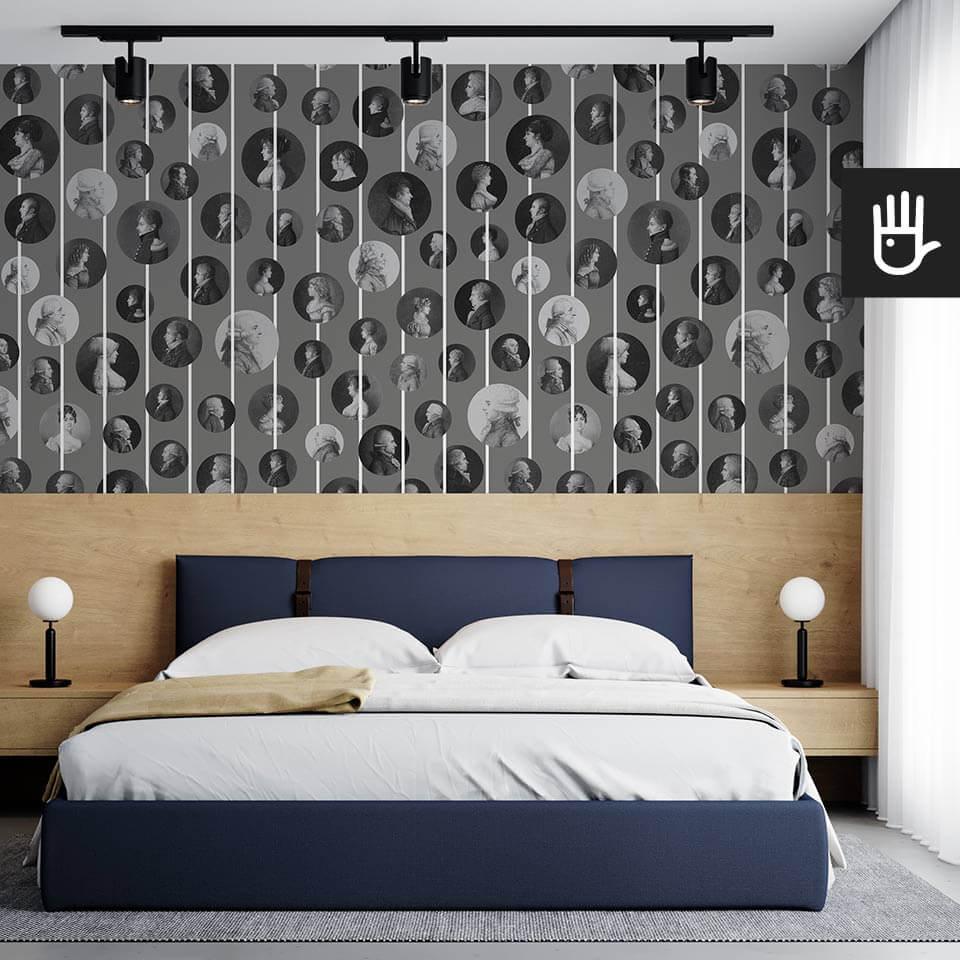 Klasyczna sypialnia z drewnianym zagłówkiem i z tapetą ścienną Arystokraci w kolorze szarym