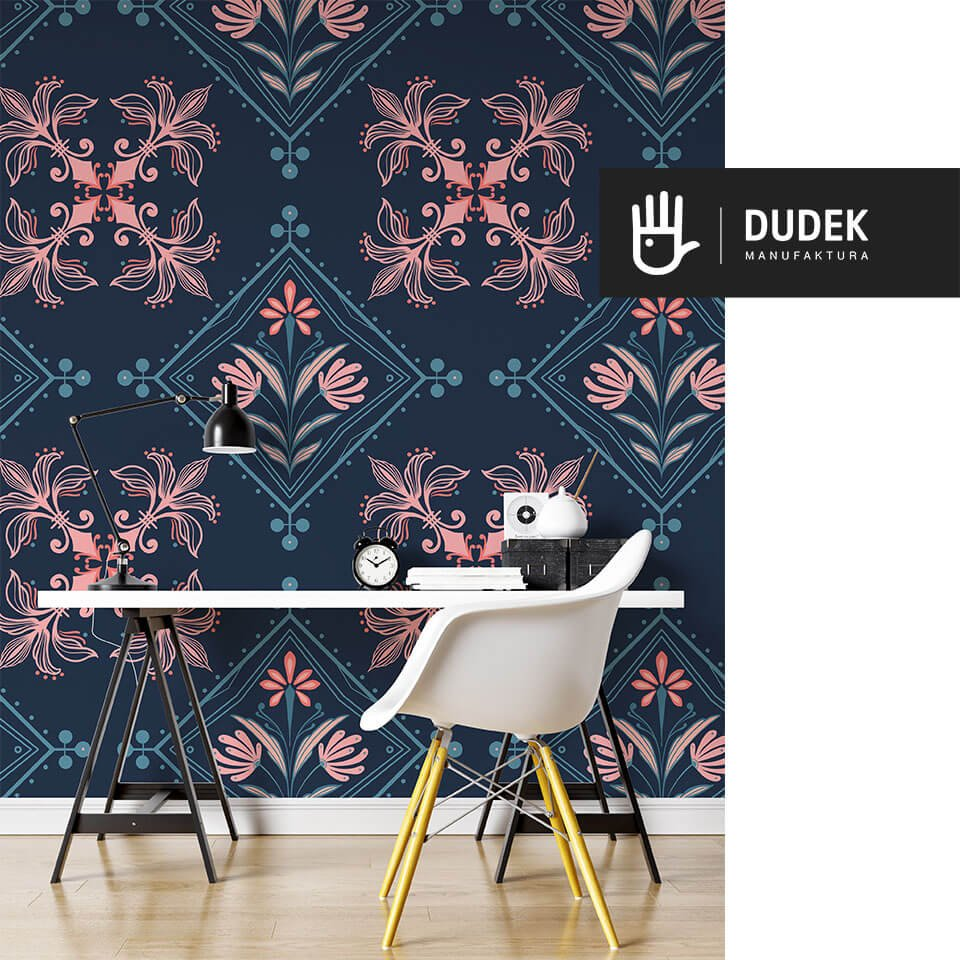 Domowe biuro z białym biurkiem na tle tapety kolorowa Kopenhag na tle w kolorze granatowym