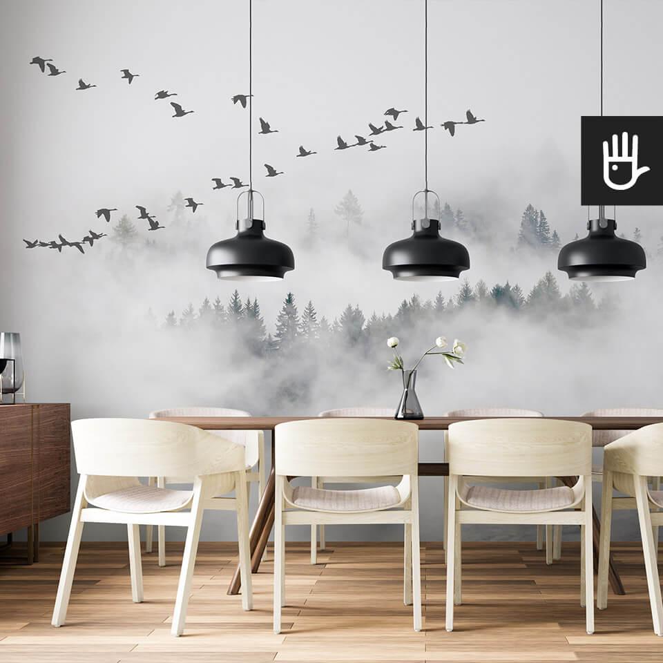 jadalnia w minimalistycznym stylu ze ścianą z fototapetą z lasem we mgle z lecącym kluczem dzikich gęsi