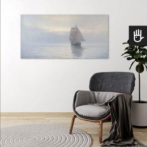 wnętrze z wygodnym fotelem na tle ściany z dekoracją w formie obrazu marynistycznego Spokojna symfonia szarości, będąca reprodukcją obrazu francuskiego malarza