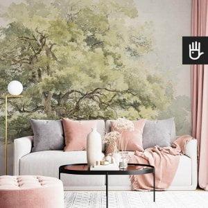 Salon w stylu glamour z różowymi dodatkami i ścianą z fototapetą akwarelowe drzewo w tonacji butelkowej zieleni