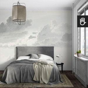 Romantyczna sypialnia w artystycznym klimacie z tapetą ścienną z chmurami w szarościach