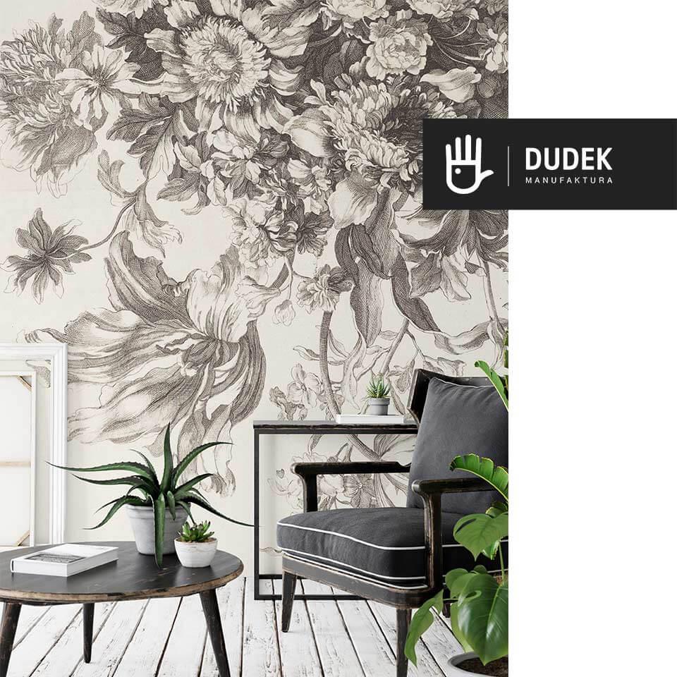 widok wnętrza ze stylowym fotelem na tle ściany z fototapetą florystyczną z kwiatami