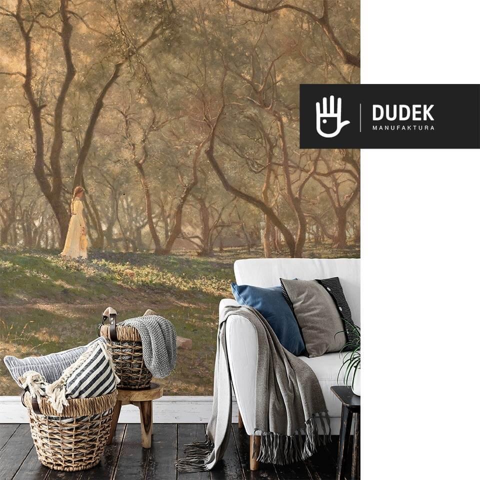 Wnętrze salonu z białą kanapą na tle fototapety ściennej z widokiem ogrodu oliwnego zatopionego w słońcu