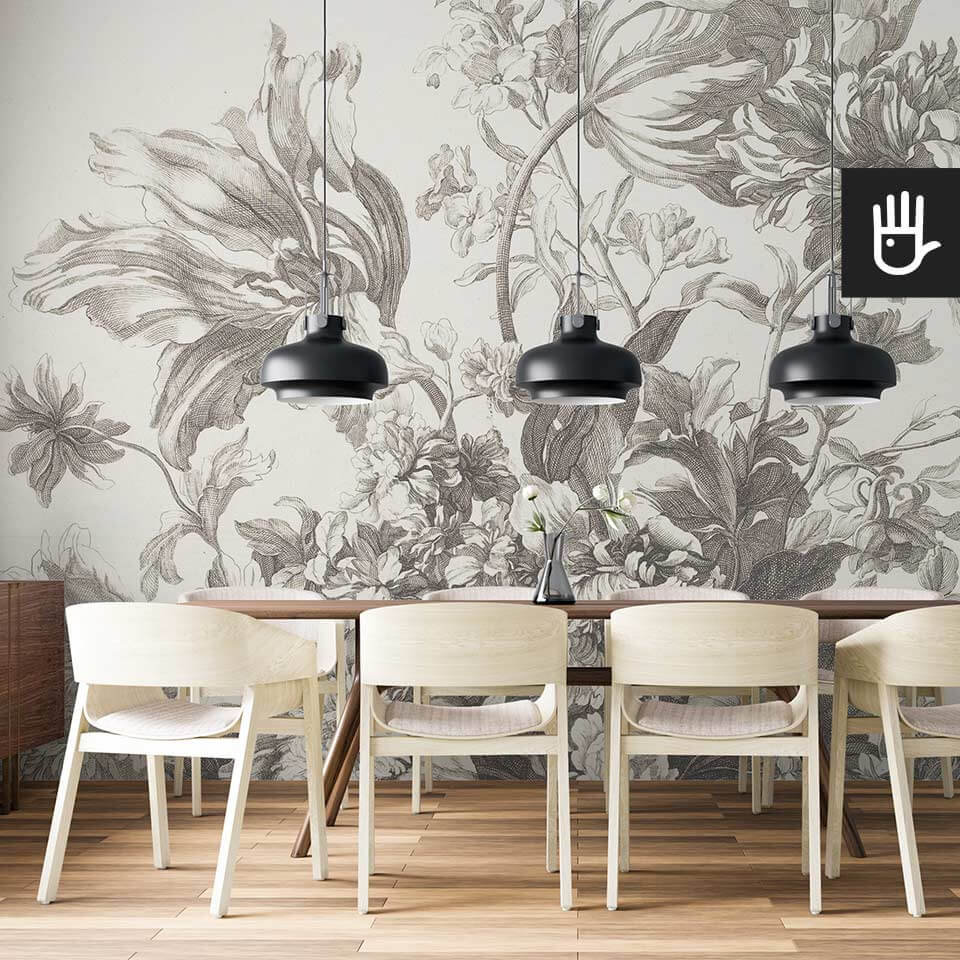 Jadalnia z drewnianym stołem w stylu skandynawskim ze ścienną fototapetą kosz wiosennych kwiatów z kwiatami w beżowej tonacji
