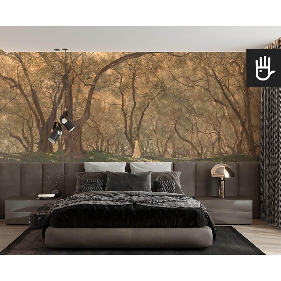 Sypialnia z wielkim łóżkiem na tle ściany z fototapetą pod oliwnymi drzewami w ciepłej tonacji w brązach i złotych refleksach
