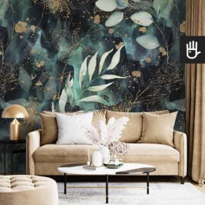 Salon glamour ze złotą kanapą na tle tapety ściennej w kolorze butelkowej zieleni z liśćmi ze złotymi akcentami