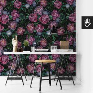 Domowe biuro z białym biurkiem na tle tapety z malowanymi ciemnymi kwiatami piwonii na czarnym tle w fioletowej toncji