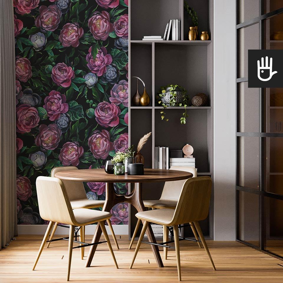 Nowoczesna jadalnia z ciemną tapetą Malowane kwiaty z fioletowymi piwoniami i niebieskimi pąkami.