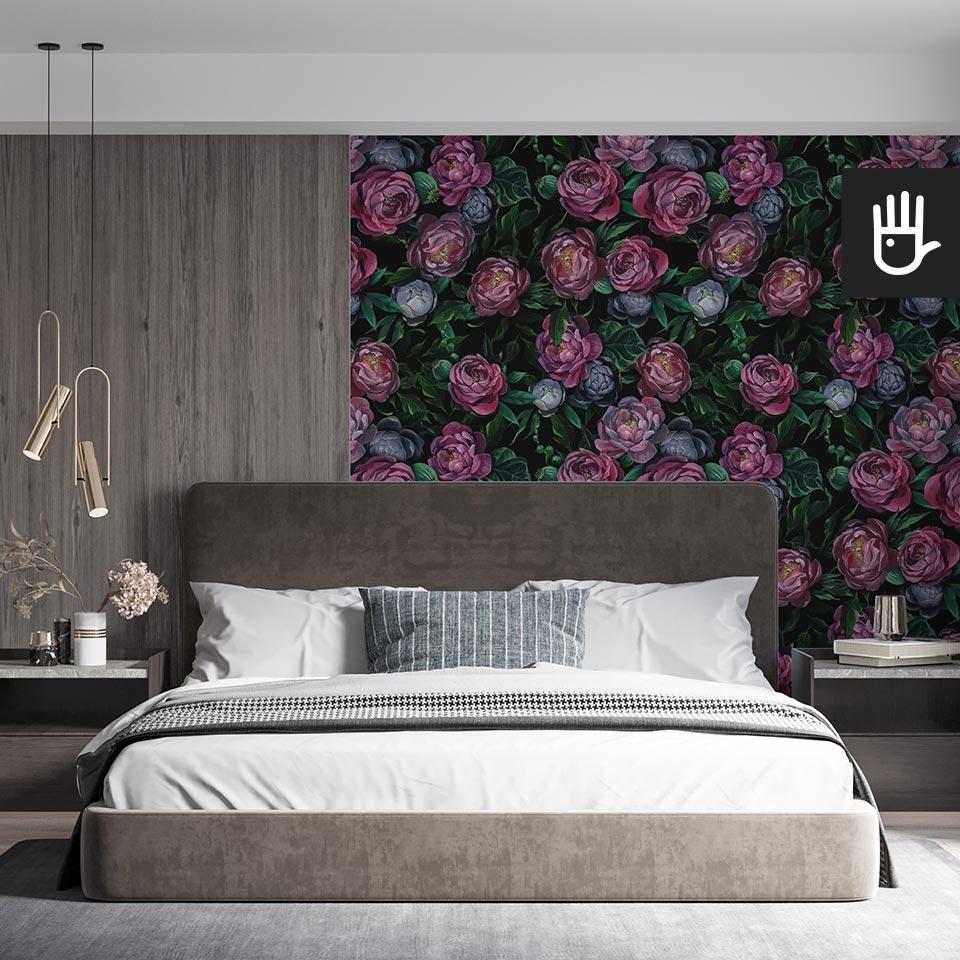 Nastrojowa sypialnia z ciemną tapetą duże malowane kwiaty.