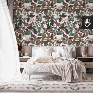 Jasna sypialnia z białym łóżkiem na tle tapety z tropikalnymi liśćmi w kolorze białym