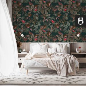 Jasna sypialnia z białym łóżkiem na tle tapety z tropikalnymi liśćmi w kolorze butelkowej zieleni