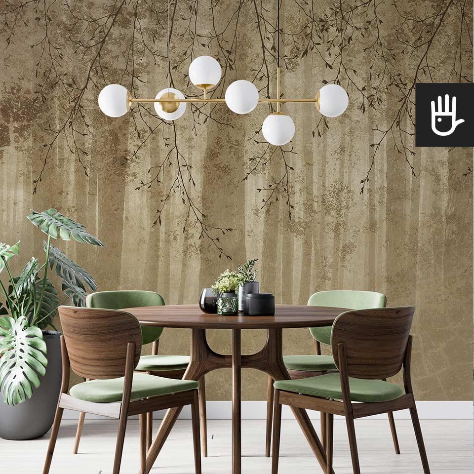 Jadalnia ze stołem z ciemnego drewna i fototapetą złote echo lasu w jasnej tonacji w miodowymkolorze