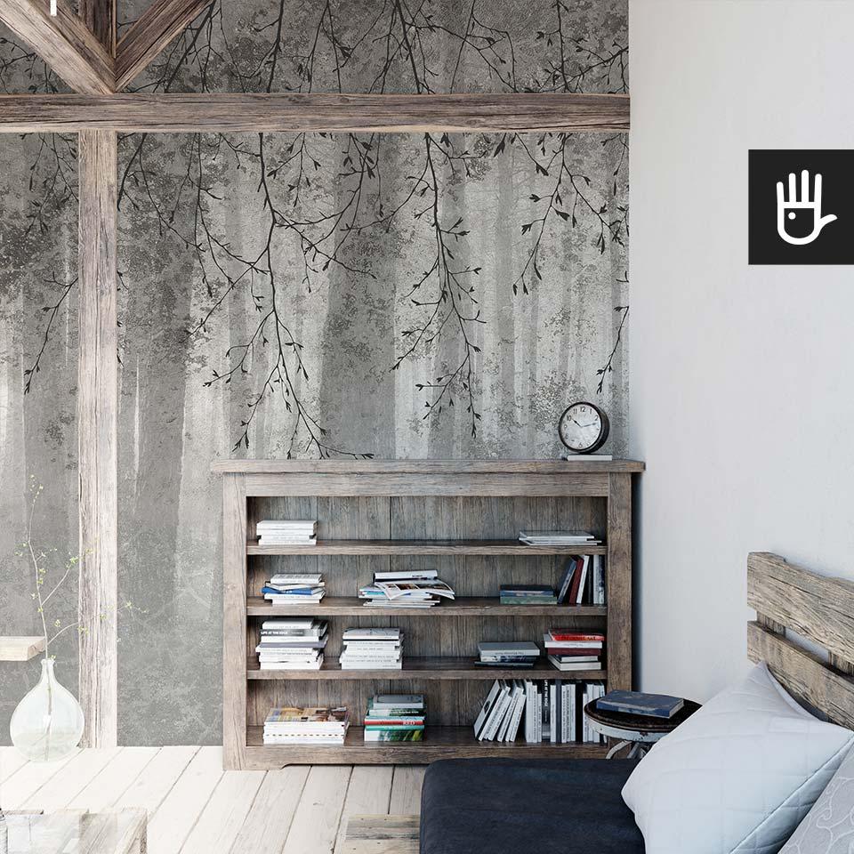 Poddasze z drewnianymi elementami konstrukcji z tapetą ścienną echo lasu w kolorze szarym z fakturą betonu