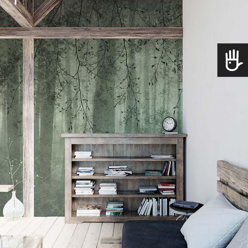 Poddasze z drewnianymi elementami konstrukcji z tapetą ścienną zielone echo lasu w kolorze butelkowej zieleni z fakturą betonu