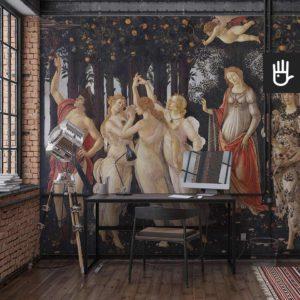 Industrialne wnętrze pracowni w stylu loftowym z przepiekną fototapetą Primavera przedstawiającą słynny renesansowy obraz autorstwa Sandro Botticelli.