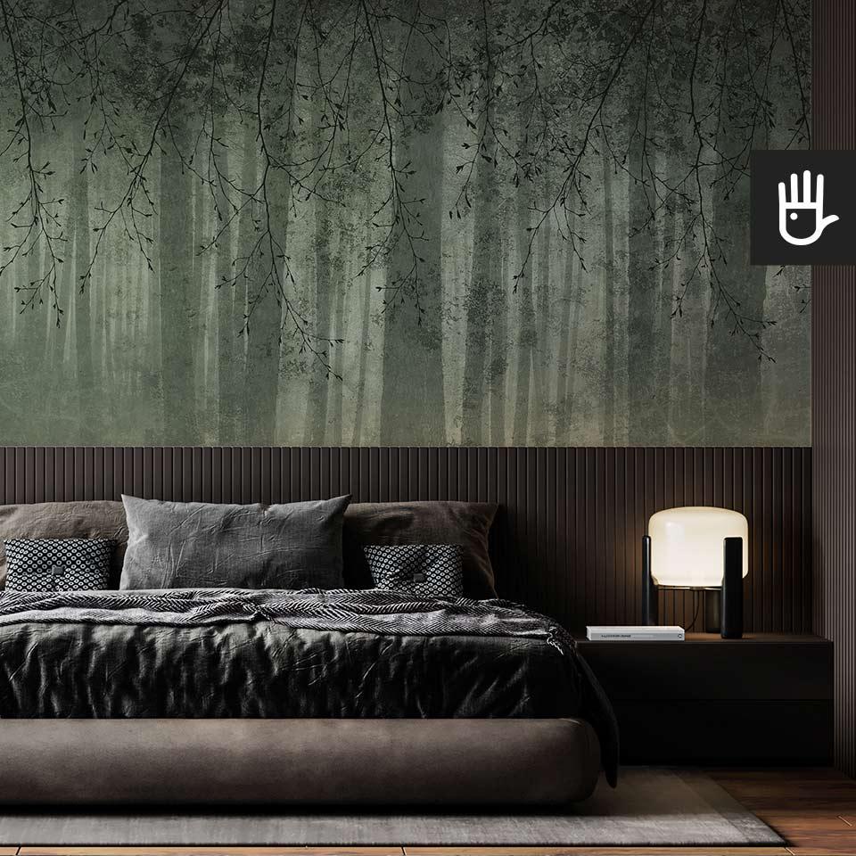 Nastrojowa sypialnia z ciemnym łóżkiem na tle fototapety zielone echo lasu w ciemnozielonej kolorystyce z motywem gałęzi
