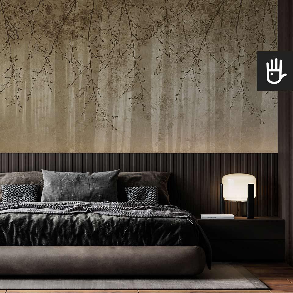 Nastrojowa sypialnia z ciemnym łóżkiem na tle fototapety złote echo lasu w złotej kolorystyce z motywem gałęzi